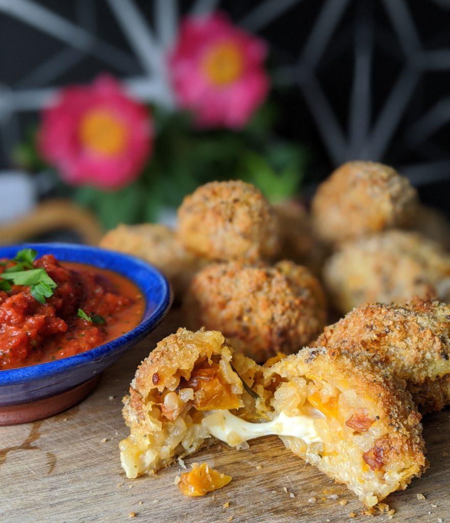 gebackene Arancini mit schmelzenden Mozzarella-Zentren
