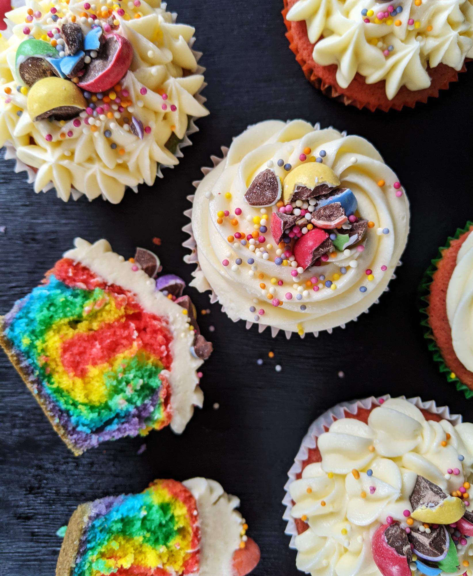 Glutenfreie Regenbogen-Cupcakes